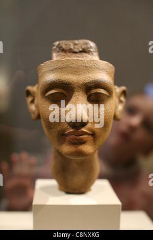 Junge Besucher befasst sich mit der Büste der Königin Nefertiti im ägyptischen Museum in Berlin, Deutschland. - Stockfoto