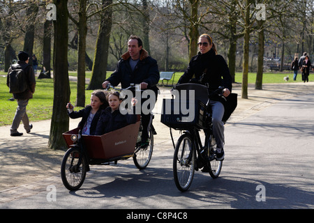 radfahren mit kindern in amsterdam holland stockfoto. Black Bedroom Furniture Sets. Home Design Ideas