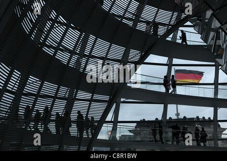 Touristen in der Kuppel des Reichstags in Berlin, Deutschland. - Stockfoto