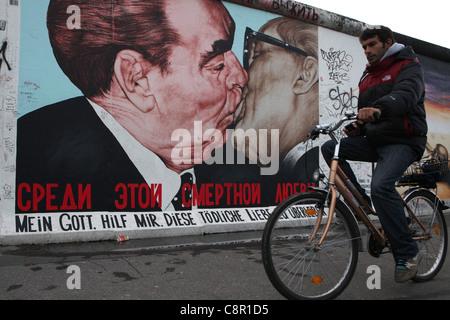 Leonid Brezhnev und Honeckers küssen abgebildet auf der Berliner Mauer in der East Side Gallery in Berlin, Deutschland. - Stockfoto