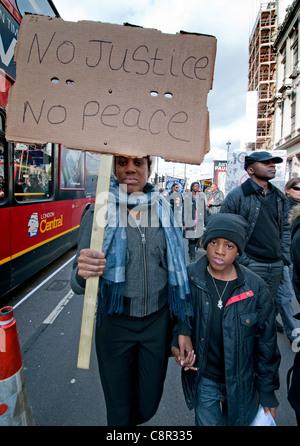 Familien und Freunde von Verwandten, die in polizeilichen Gewahrsam Marsch durch London Plädoyer für Gerechtigkeit - Stockfoto