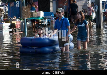 Bangkok Bewohner durch Hochwasser auf Phahon Yothin Road, Bangkok, Thailand am Montag, den 31. Oktober 2011 Wade. - Stockfoto