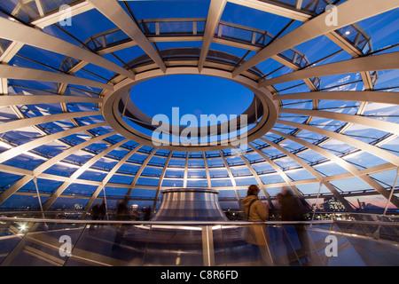 Reichstag Gebäude Dach Terasse Kuppel von Sir Norman Forster bei Dämmerung, Berlin, Deutschland, Europa - Stockfoto
