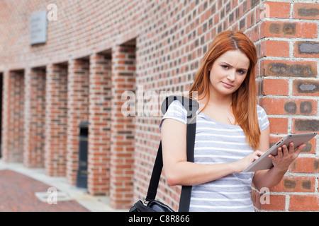 Ernsthaften Studenten halten einen Tablet-computer - Stockfoto