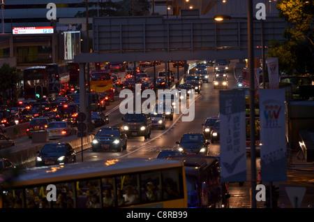 Ein Stau von Autos und Busse an einer befahrenen Straße in Central. - Stockfoto