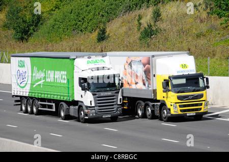 ASDA Supermarkt Lieferung LKW und Anhänger überholen einem ähnlichen Morrisons LKW beide Anzeigen Werbegrafik - Stockfoto