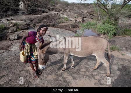 Äthiopische Mädchen ist Wasser holen. - Stockfoto