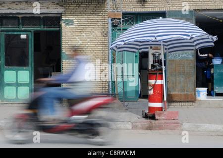 Afrika, Tunesien, Tozeur. Tankstelle für Motorräder in Tozeur. - Stockfoto