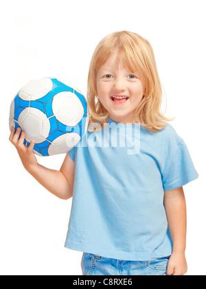 Junge mit langen blonden Haaren hält einen Fußball - isoliert auf weiss - Stockfoto