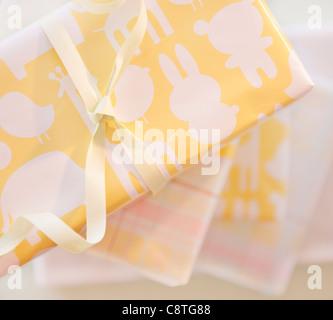 Geschenk-Boxen in pastellfarbenen Papier eingewickelt - Stockfoto