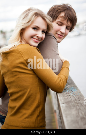 USA, Washington, Seattle, junge Paar am Pier, Frau Blick in die Kamera - Stockfoto