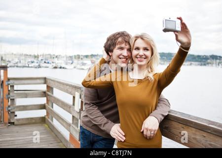 USA, Washington, Seattle, junges Paar Fotografieren am pier - Stockfoto