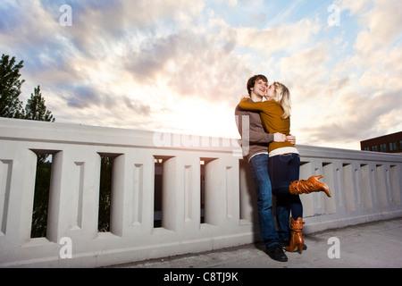 USA, Washington, Seattle, junge Paar küssen auf Brücke