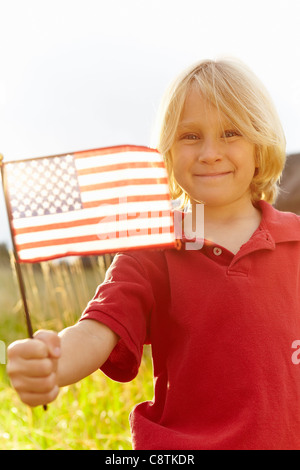 USA, Colorado, Boulder, Porträt eines jungen winken amerikanische Flagge in Wiese - Stockfoto