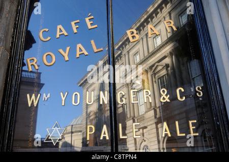 Fenster des Cafe Royal, Edinburgh - Stockfoto