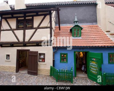 Alte bunte Häuser im goldenen Gässchen oder Zlata Ulicka auf der Prager Burg in Prag in der Tschechischen Republik - Stockfoto