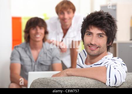 Drei Freunde hängen. - Stockfoto