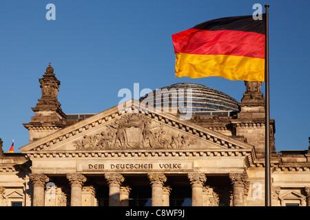Reichstag und deutsche Flagge - Stockfoto