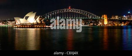 Panorama-Bild der Sydney Harbour Bridge und das Opernhaus bei Nacht - Stockfoto