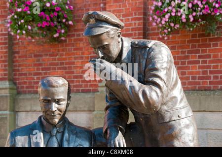 """Statue von """"Jack Richter und WW1 Soldat"""" im Herrn Pendry Square, Stalybridge, Tameside, größere Manchester, England, - Stockfoto"""