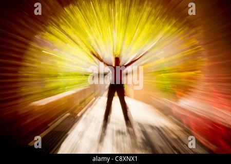 Abstrakte Figur im Tunnel mit erhobenen Armen - Stockfoto