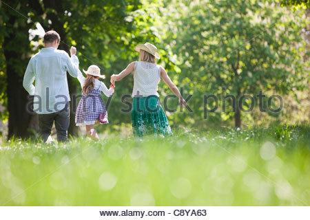 Familie gehen Hand in Hand im park - Stockfoto