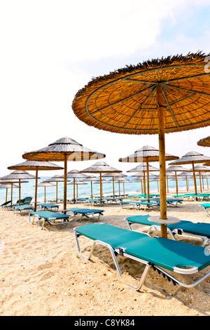 Stroh Sonnenschirme am Strand leer am Meer in Griechenland - Stockfoto