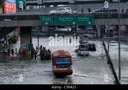 Überschwemmungen Chaos in der Innenstadt von Bangkok Verkehr zu schaffen. Lat Phrao, Bangkok, Thailand auf Samstag, - Stockfoto