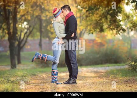 Liebendes Paar küssen im park