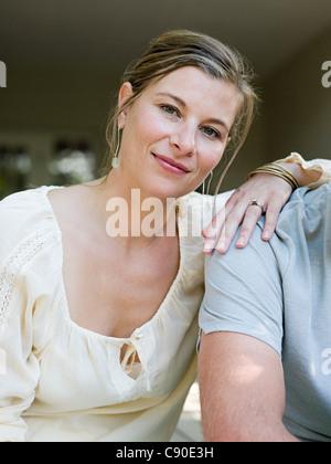 Frau mit der Hand auf die Schulter des Mannes, Porträt - Stockfoto