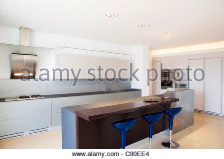 Hocker am Schalter der modernen Küche Stockfoto, Bild: 65189105 - Alamy