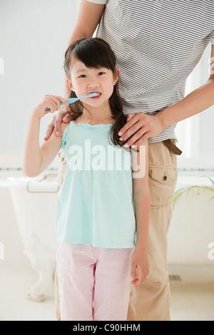 Mädchen, die Zähne zu putzen - Stockfoto