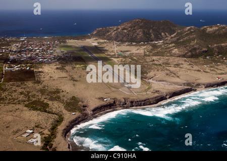 Den Niederlanden, Oranjestad, Sint Eustatius Insel, Niederländische Karibik. Blick auf Stadt und Flughafen. Luft. - Stockfoto