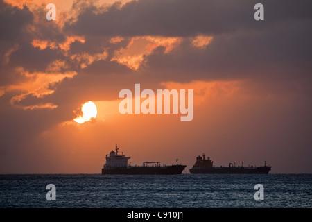 Den Niederlanden, Oranjestad, Sint Eustatius Insel, Niederländische Karibik. Öltanker. Sonnenuntergang. - Stockfoto