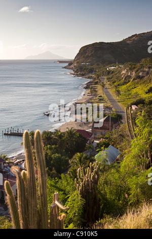 Den Niederlanden, Oranjestad, Sint Eustatius Insel, Niederländische Karibik. Oranjestad Bay und Unterstadt aus Fort. Insel Saba.