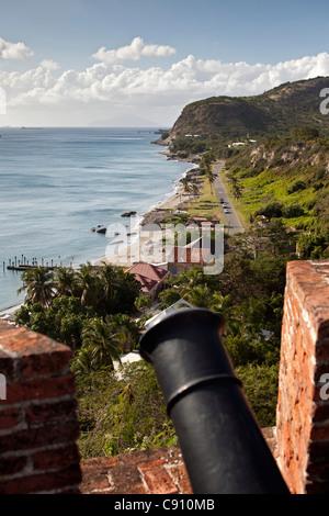 Den Niederlanden, Oranjestad, Sint Eustatius Insel, Niederländische Karibik. Oranjestad Bay und Unterstadt aus Fort. Kanone.