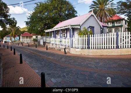 Den Niederlanden, Oranjestad, Sint Eustatius Insel, Niederländische Karibik. Straßenansicht der Innenstadt. - Stockfoto