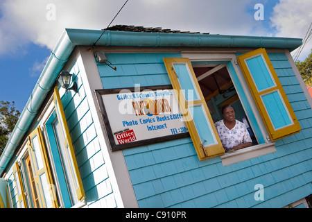 Den Niederlanden, Oranjestad, Sint Eustatius Insel, Niederländische Karibik. Blick aus Fenster von Schreibwarengeschäft - Stockfoto