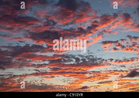 Den Niederlanden, Oranjestad, Sint Eustatius Insel, Niederländische Karibik. Sonnenuntergang. Bunte Wolken.