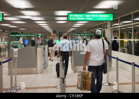 Sint Maarten, Karibik-Insel, unabhängig von den Niederlanden seit 2010. Immigration in Princess Juliana Airport. - Stockfoto