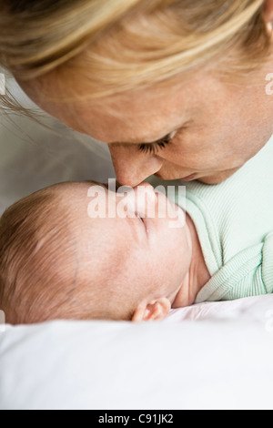 Mutter berühren Nase mit Kleinkind - Stockfoto