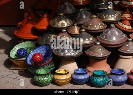 Tajine Keramik-Keramik an der traditionellen marokkanischen Souk (Markt) in Marrakesch, Marokko. - Stockfoto