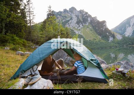 Vater und Sohn im Zelt - Stockfoto