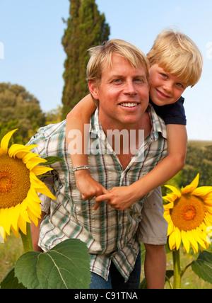 Vater und Sohn in Blumenfeld - Stockfoto