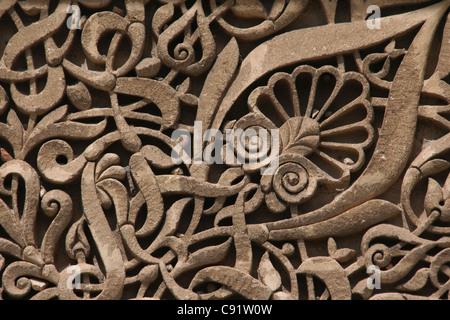 Steinbildhauen am Haupttor der Mausoleum von Moulay Ismail in Meknès, Marokko.