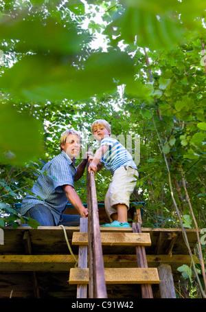 Vater und Sohn bauen Baumhaus - Stockfoto