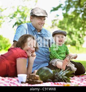 Familie Picknick zusammen - Stockfoto
