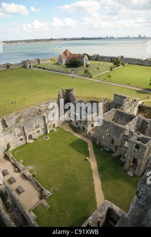 Portchester Castle, ein Romano Saxon Shore Fort, erbaut im späten 3. Jahrhundert. Diese Ansicht zeigt den Blick - Stockfoto