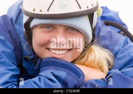Porträt der jungen Frau mit Berg klettern Helm und blaue Gore-Tex Jacke im Lost Lake Alaska Kenai-Halbinsel Sommer - Stockfoto