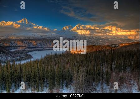 Malerische Aussicht auf den Chugach Mountian Bereich bei Sonnenuntergang von der Glenn Highway in der Yunan Alaska Winter gesehen. HDR